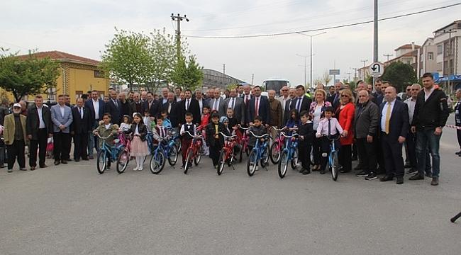 Biga Fenerbahçeliler Derneği Çocuklara Bisiklet Dağıttı