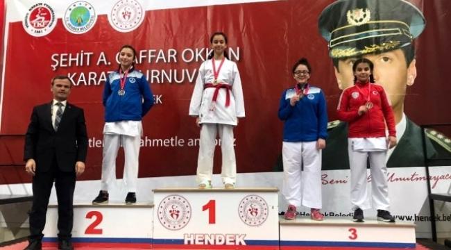 Biga Belediyesi karate sporcuları kupa ve madalyalarla döndü