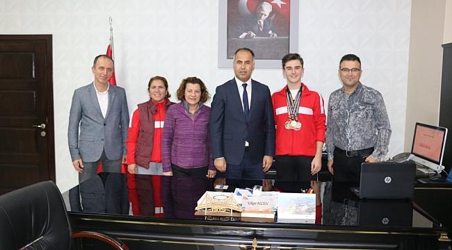 Türkiye Şampiyonu M.Anıl Korkmaz İlçe Milli  Eğitim Müdürünü ziyaret etti
